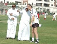 Am Rande der Fußballschule - Peter Schreiner mit den Vereinsvertretern von Al Ahli