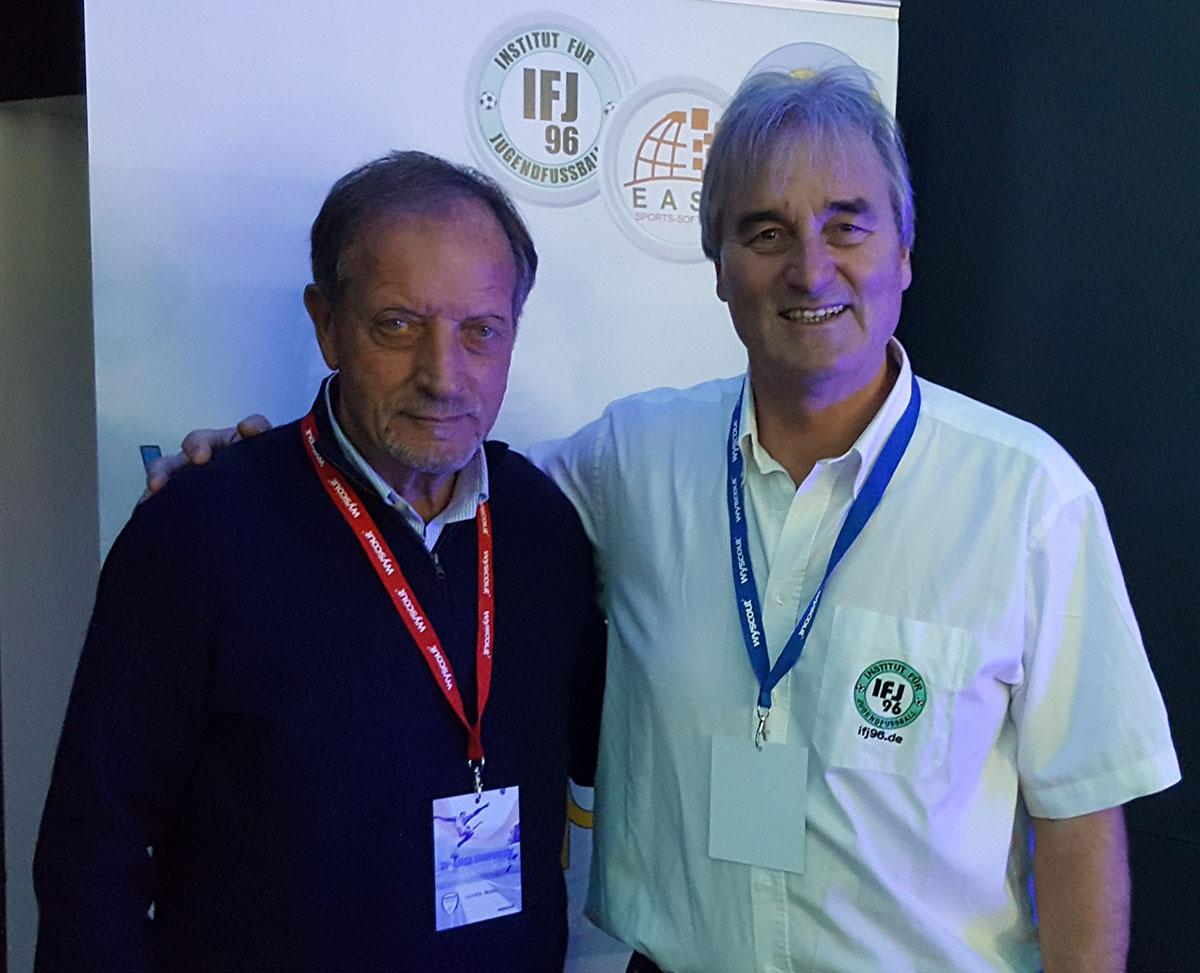 Renzo-Ulivieri (Itaienischer Fußballtrainer Verband) versorgte sich mit zahlreichen Büchern und DVDs für die Ausbildung der italienischen Trainer.