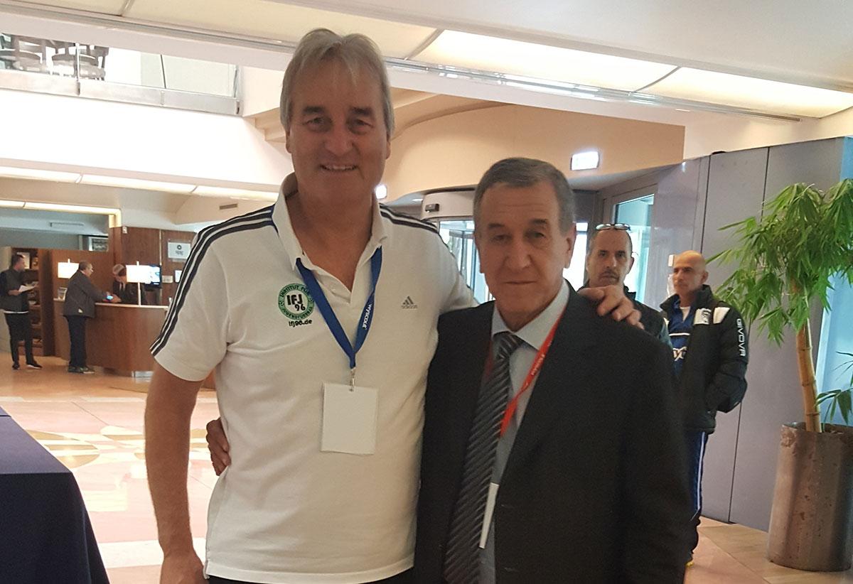 Carlos-Alberto-Parreira hier mit Peter Schreiner in der Lobby des Sheraton Hotels (Veranstaltungsort des 37. Symposium der AEFCA)